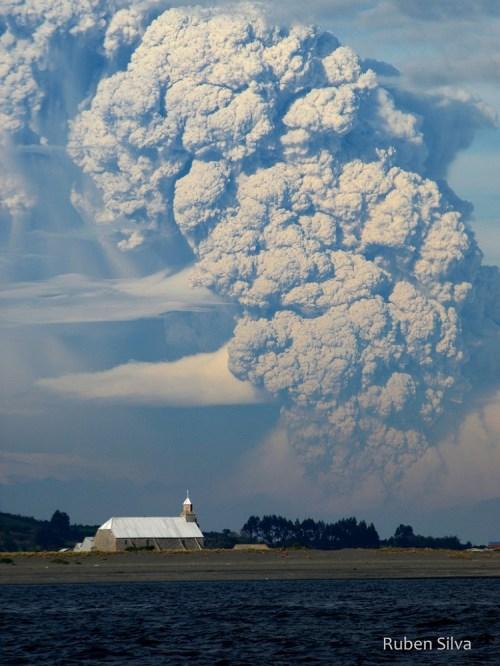 此為火山噴灰的壯觀情景