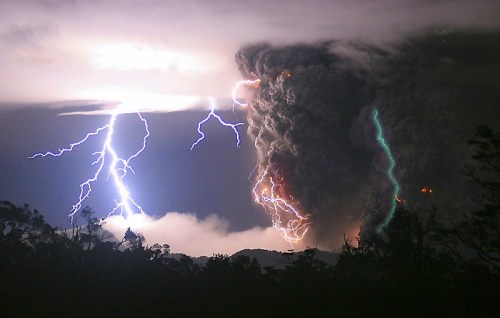 火山雷雨...帶有正電荷的水蒸汽衝到高空時和帶有負電荷的火山灰微粒相遇,大量凝聚成雨下降,並伴有雷電發生,這次智利柴滕的火山雷雨特別旺盛壯觀。