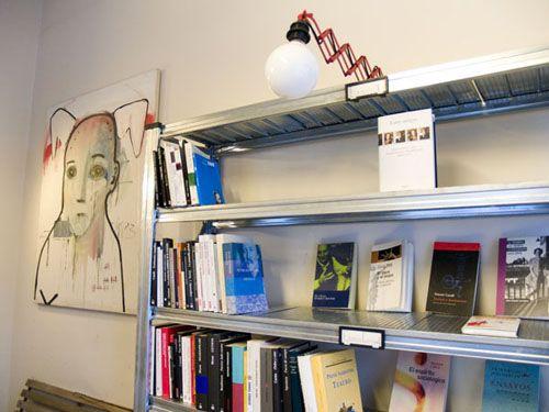 detalle interior libreria cade la fugitiva