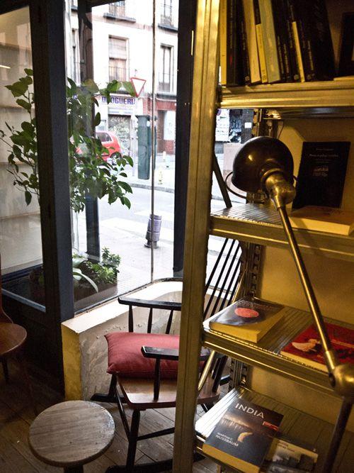 interior libreria cade la fugitiva