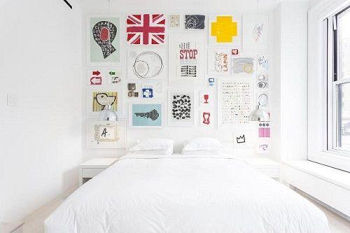 Dormitorio con collage de cuadros