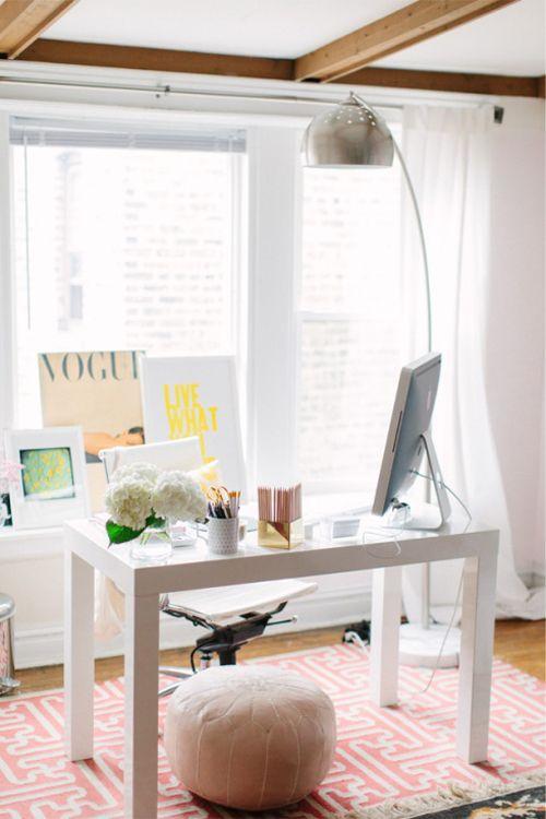 espacio creativo de trabajo en tonos blancos