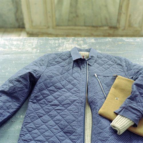Abrigo azul con bolso de piel