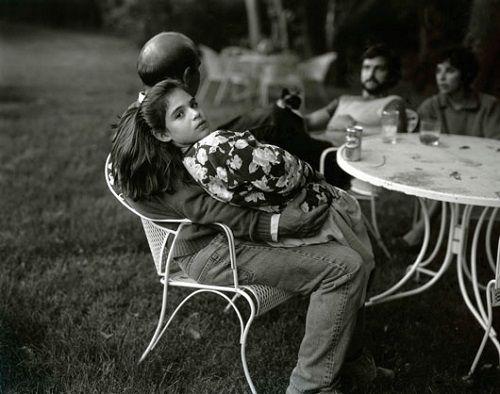 niña sentada con padre terraza