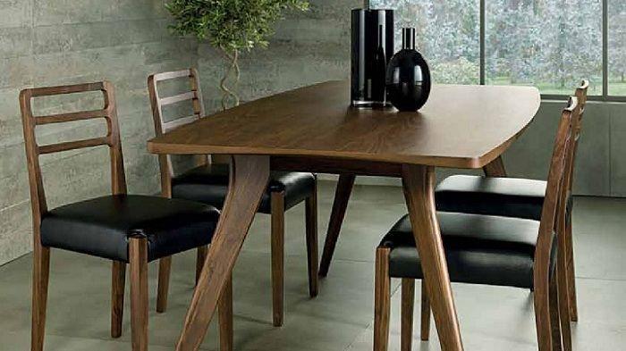 mesa y sillas de madera y cuero