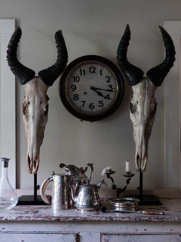 Mueble vintage con calaveras