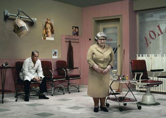 fotografia erwin olaf el peluquero the hairdresser soledad señora mayor incomunicacion retro colores pastel