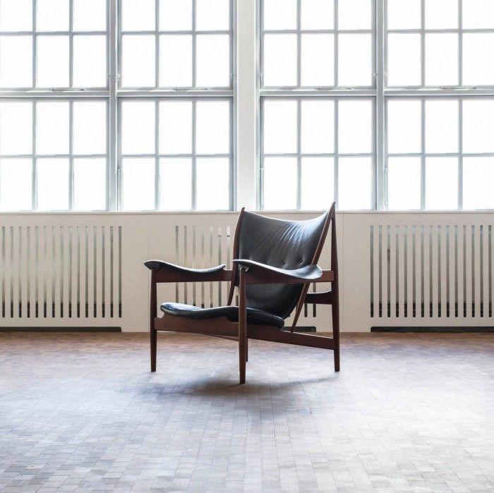 silla chieftain de finn juhl madera oscura cuero negro