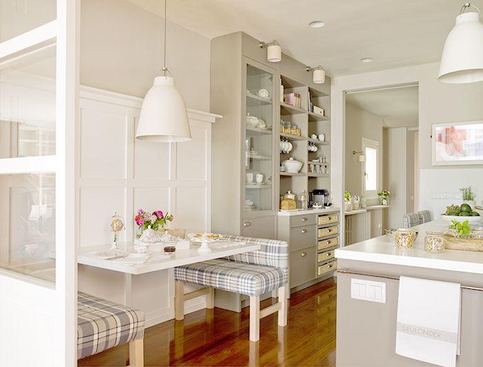 Una cocina moderna y acogedora por DEULONDER Arquitectura Domèstica