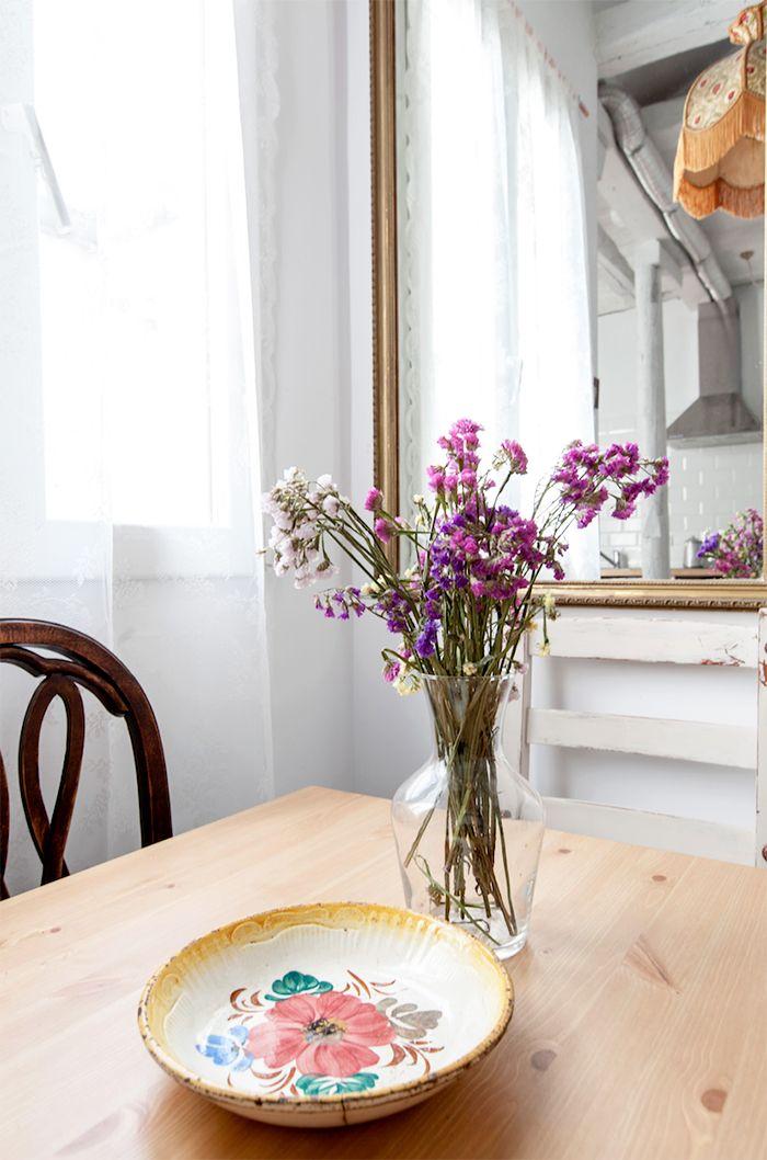 jarron flores decoracion ventanal piso malasaña