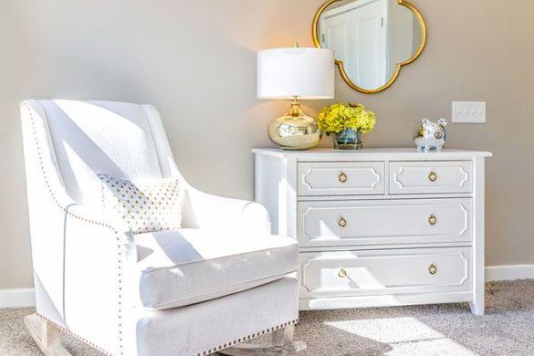 rincon dormitorio butaca clasica blanca comoda restaurada espejo dorado