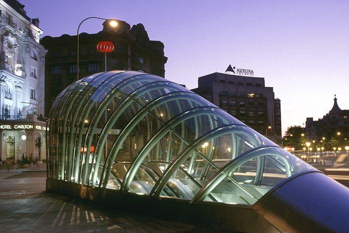 estructuras metalicas y cristal boca de metro vanguardista bilbao