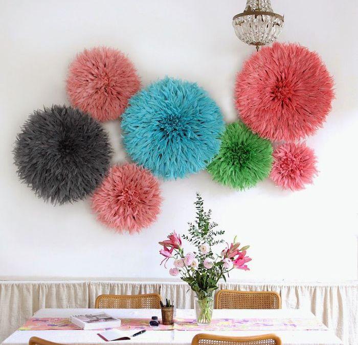 Decoración étnica africana: coloridos Juju Hat en la decoración de paredes