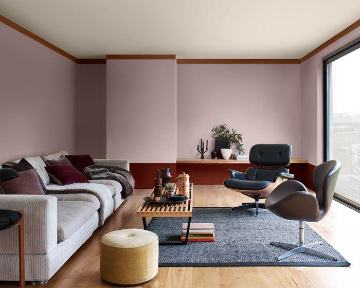 salon palo de rosa, alfombra azul, granate, sofá