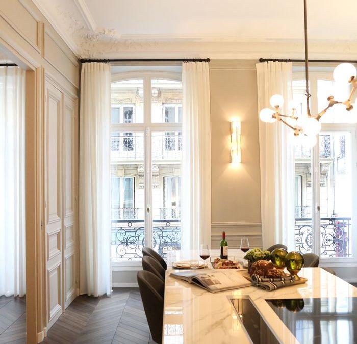 La austeridad de los apliques y lámparas Looshaus en un apartamento estilo Haussmann