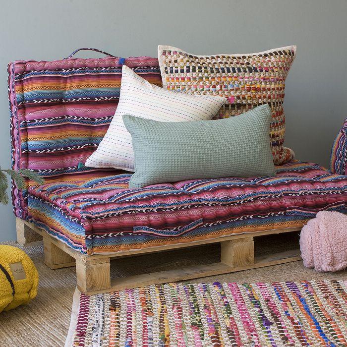 cojines boho sobre palet sofa