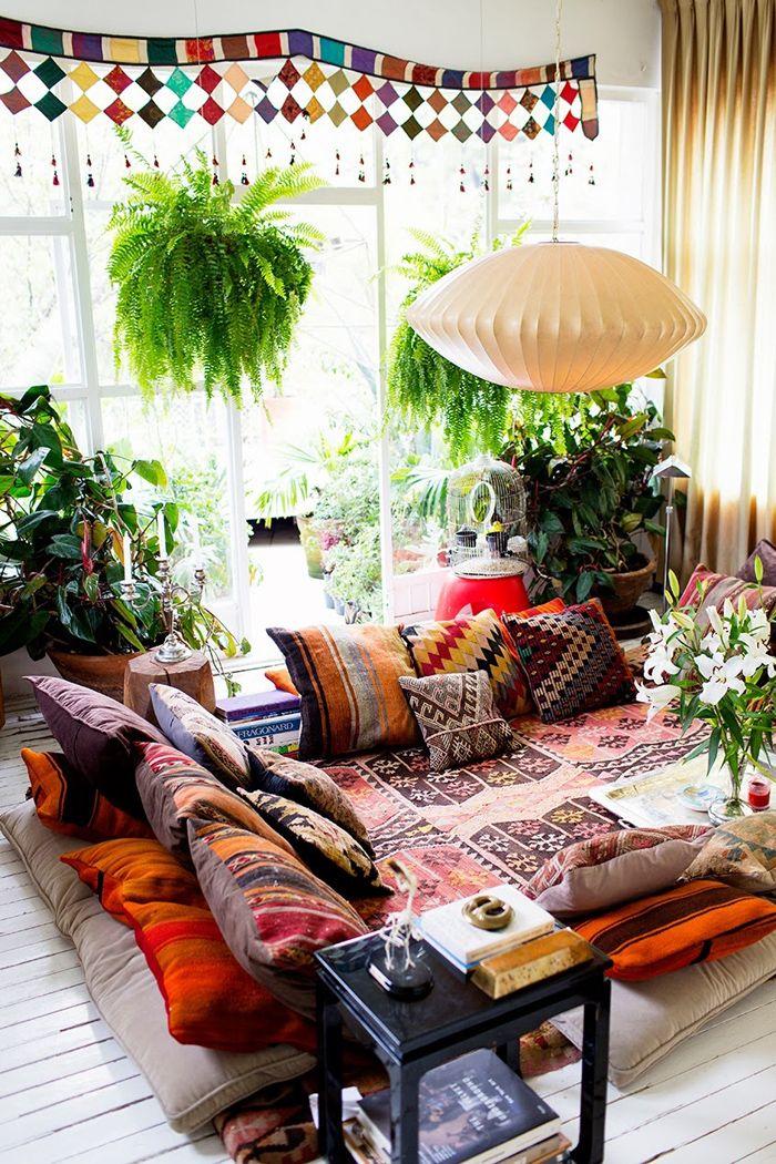 salon bohemio con alfombras y cojines etnicos en el suelo