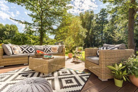 terraza decorada alfombra puff y muebles fibra