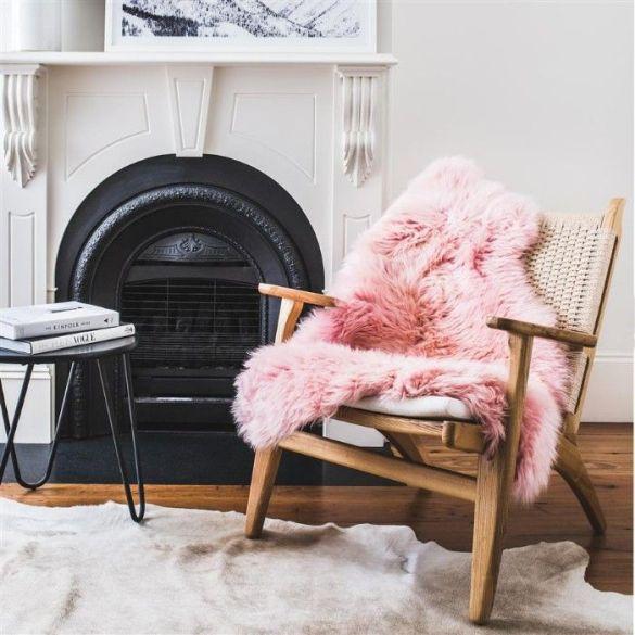 butaca con alfombra rosa