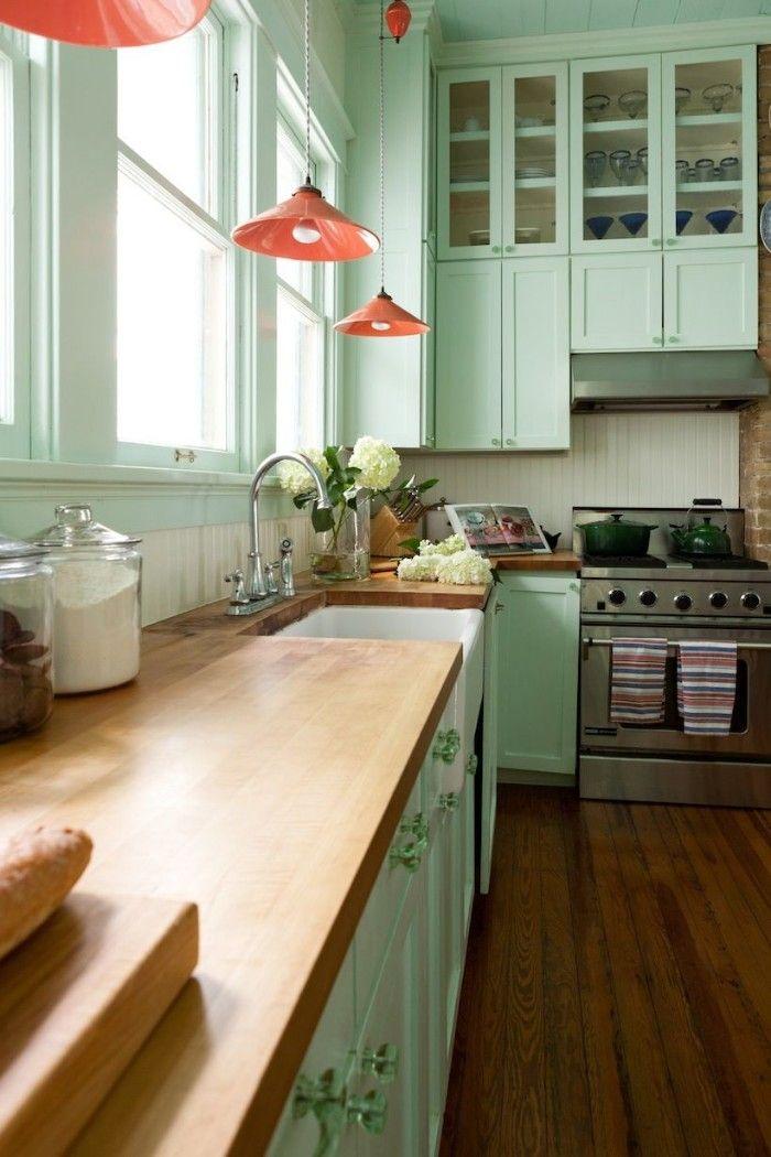 cocina verde con lámparas en color coral