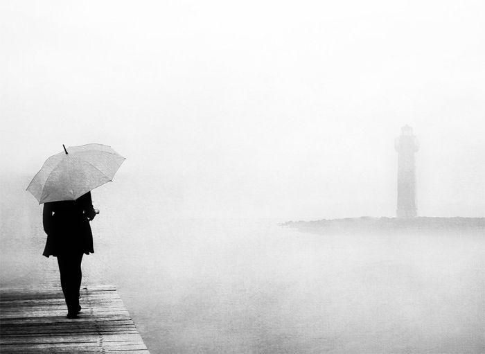 foto blanco y negro lluvia faro