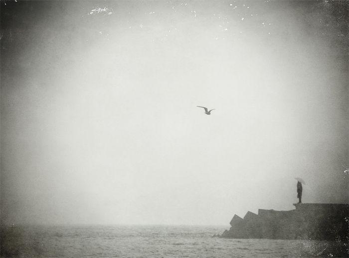 foto blanco y negro faro mar