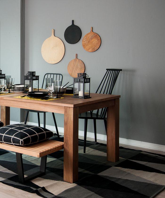 mesa comedor color madera con sillas nordicas y banco