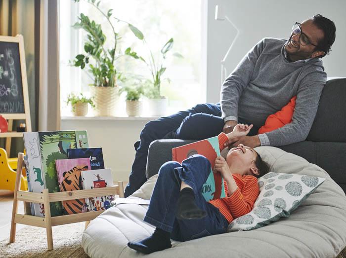 niño leyendo con su padre