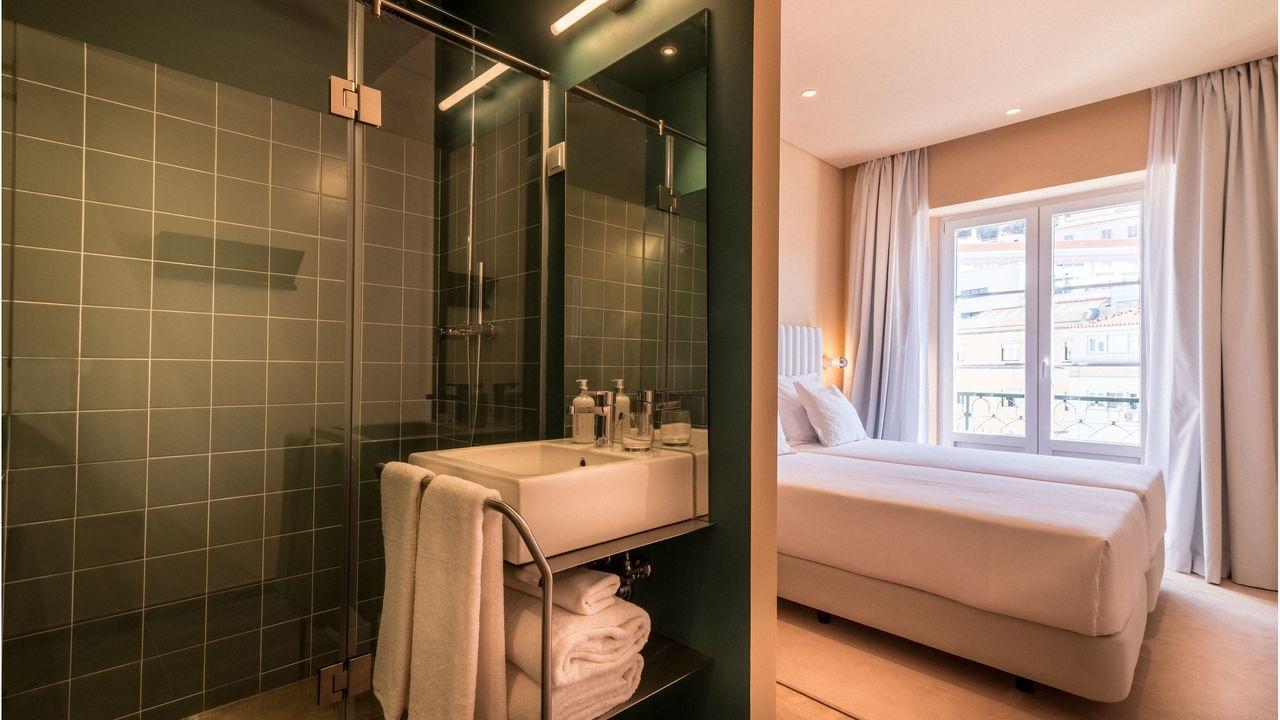 Habitación con baño del hotel Esqina