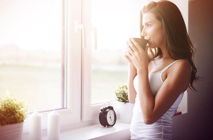 mujer relajandose con taza cafe