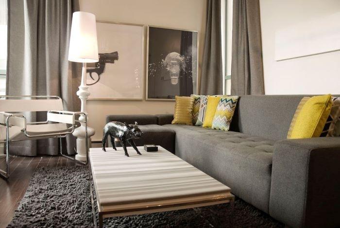 Decoracion-con-sofa-fris-y-cojines-amarillos
