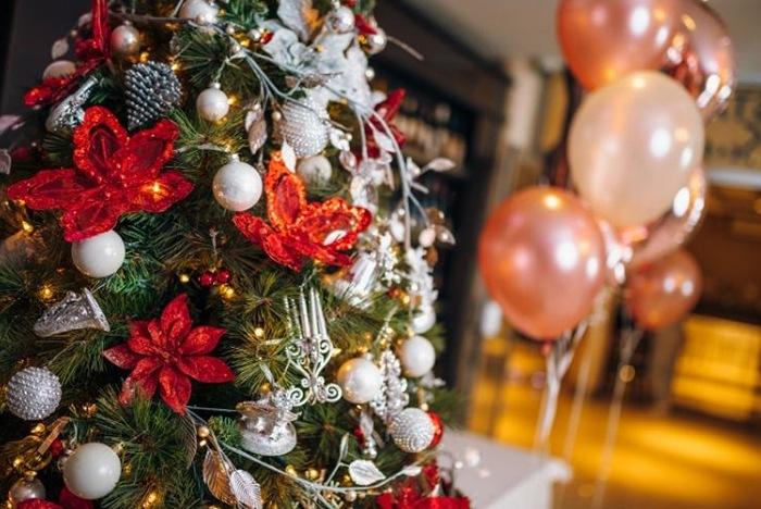 globos helio y arbol navideño