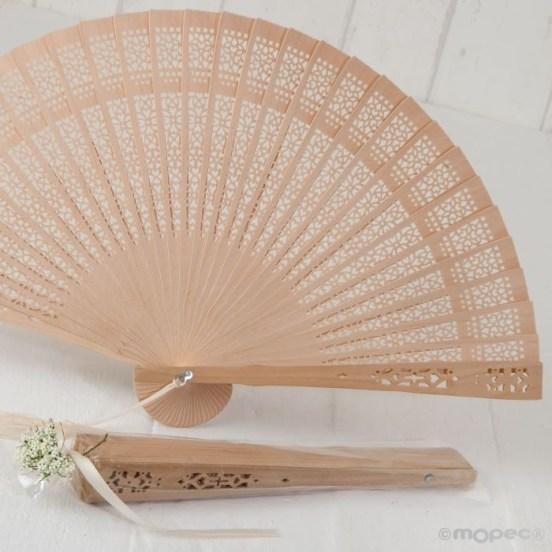 Abanico-adornado-de-madera-natural-y-tela para regalar en las bodas