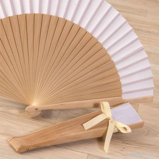 Abanico-troquelado-madera-natural-con-borla-y-adornado para regalar en las bodas