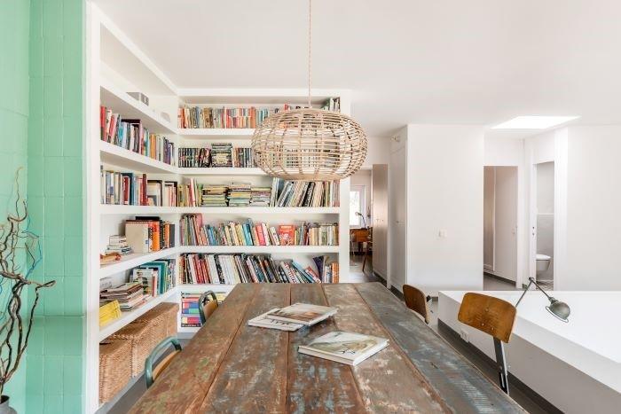 Estantería con libros para un alojamiento de larga estancia de Airbnb