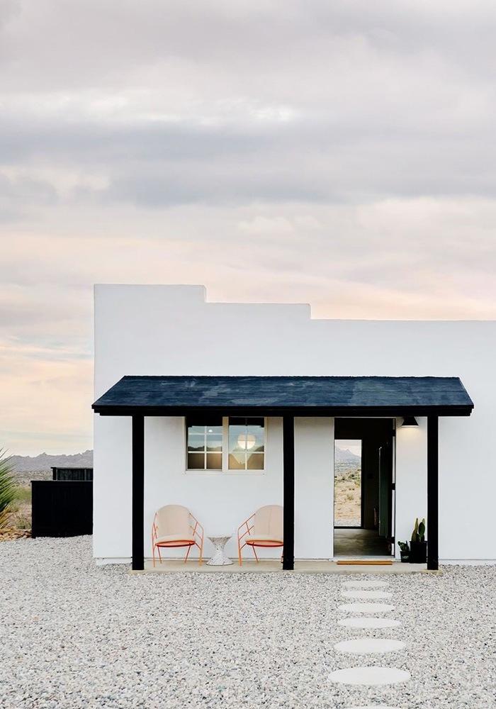 Fachada estancia de estilo minimalista con patio