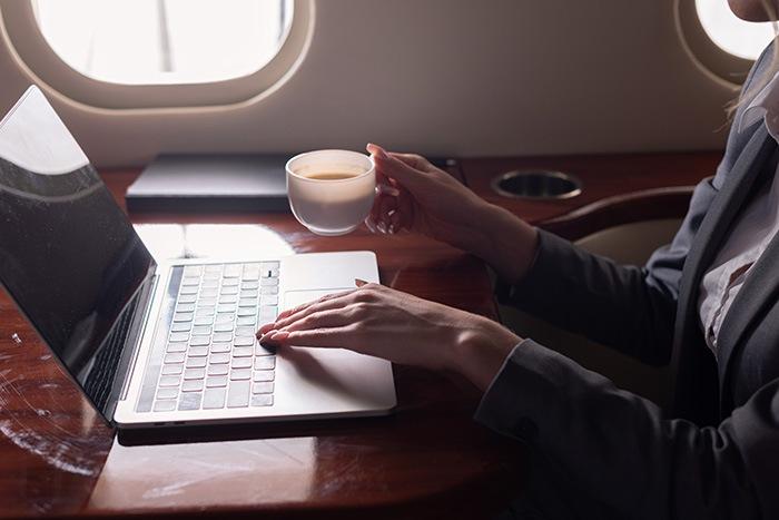 Hombre de negocios trabajando en un avión