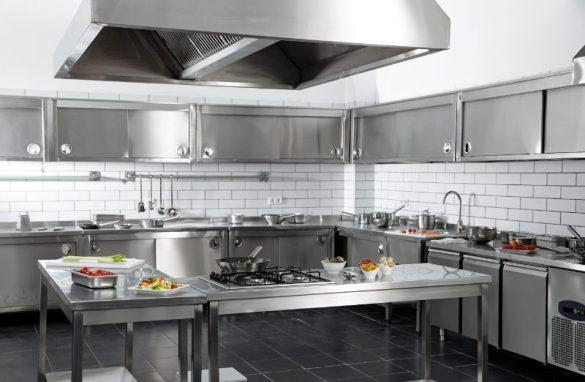 Cocina con maquinaria de hostelería para tu negocio