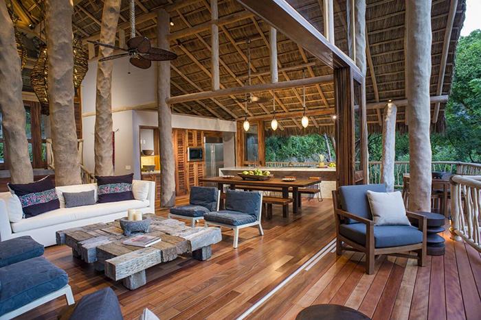 Salón y balcón en Tree House, alojamiento de Airbnb en México