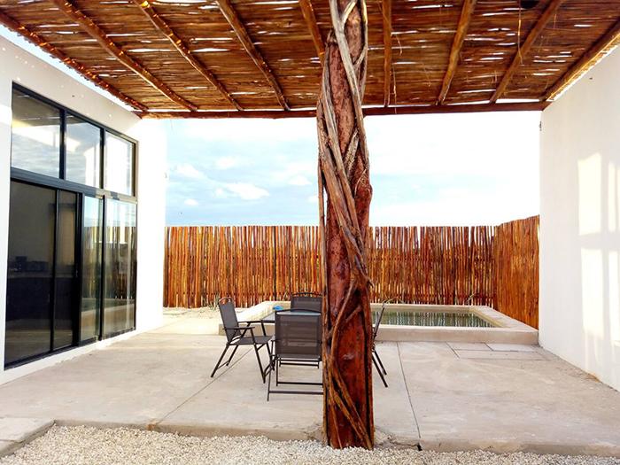 Patio terraza exterior con piscina pequeña en Casa Taty Airbnb en México