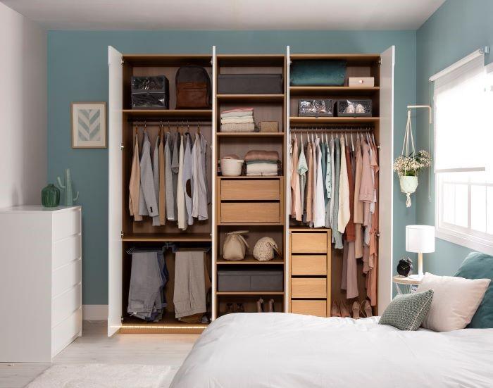 armario organizado en un dormitorio de pareja de Leroy Merlín