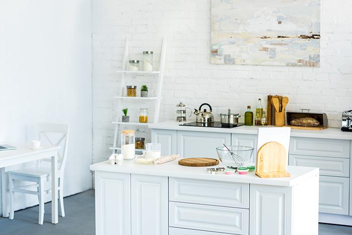 pequeña cocina con mueble isla como mesa