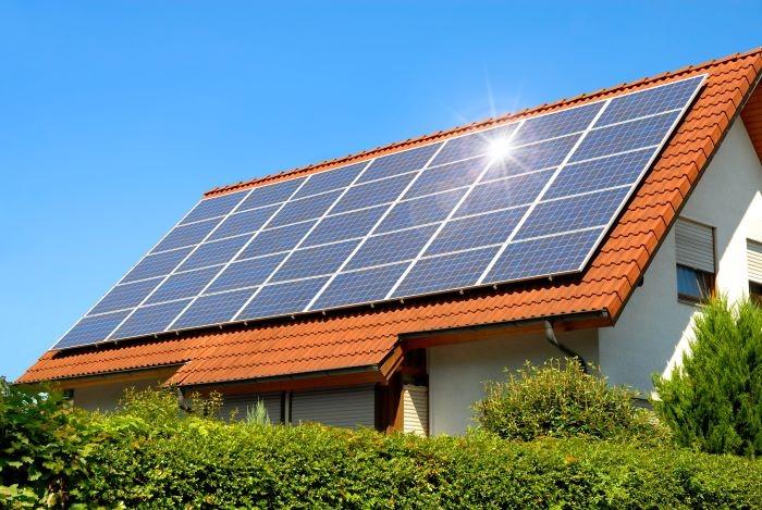 Panel solar sobre techo rojo como energía renovable