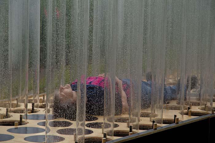 Proyecto Organ of Corti arquitectura sensorial mujer tumbada sobre la estructura escuchando