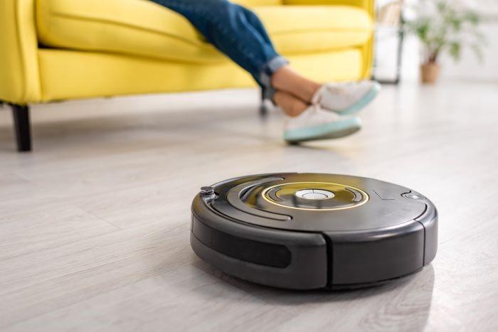 Robot aspirador limpiando el comedor de una casa