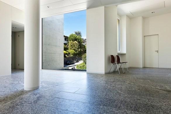 interior de edificio con suelo granito