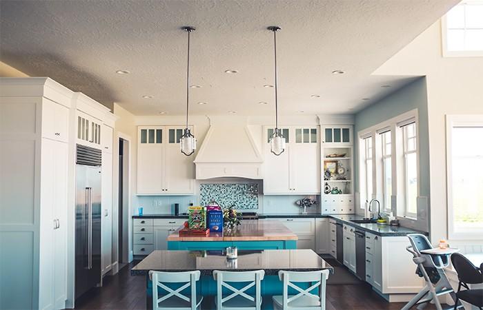 cocina de color blanco y azul