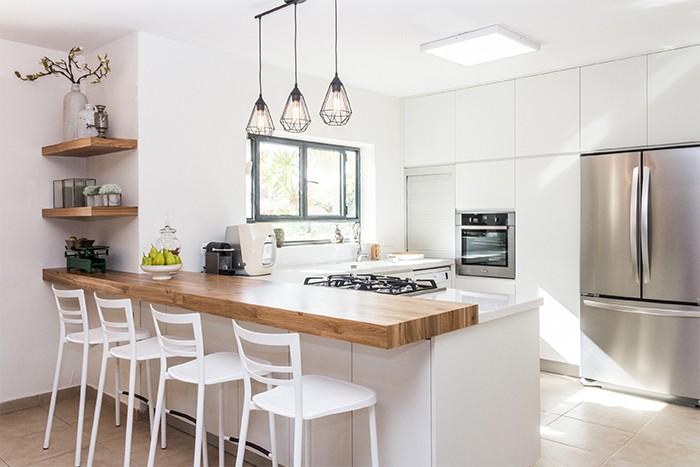 cocina grande iluminada por luz natural con colores neutros