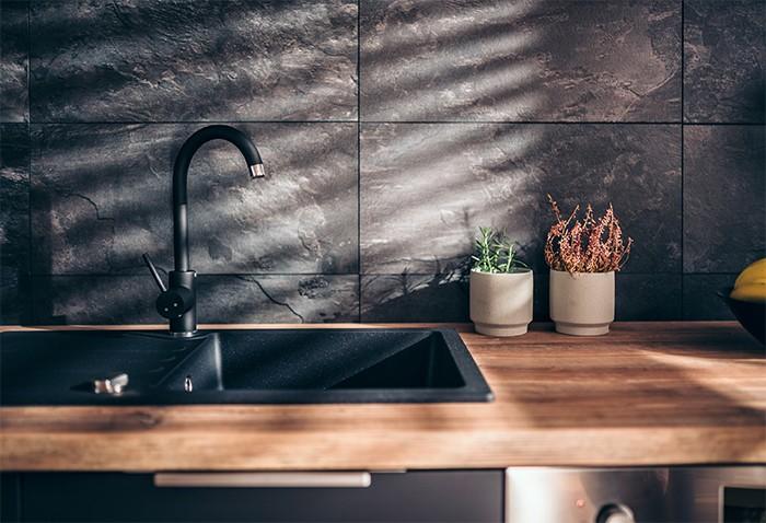 fregadero material oscuro en cocina estilo elegante