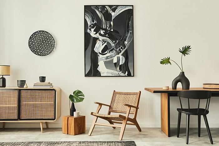 rincón sala de estar con elementos artísticos en la pared
